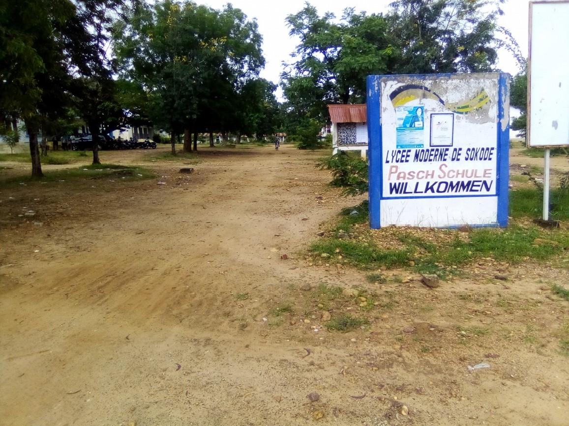 """Eingang der Schule in Sokodé mit dem Schriftzug """"Willkommen"""""""